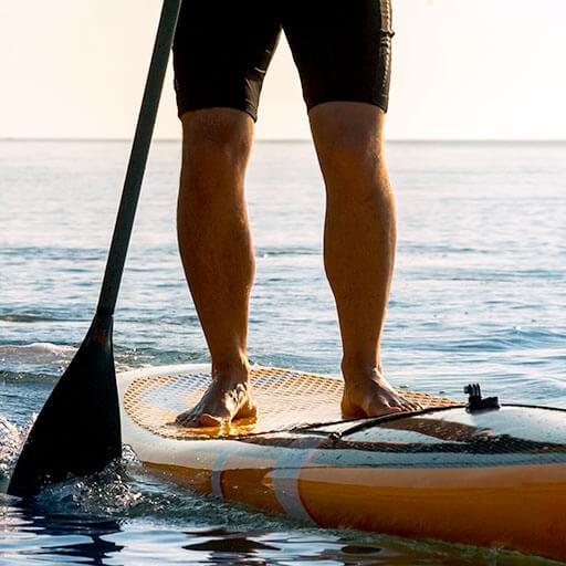 Balancierte Paddelbewegungen auf dem SUP Board