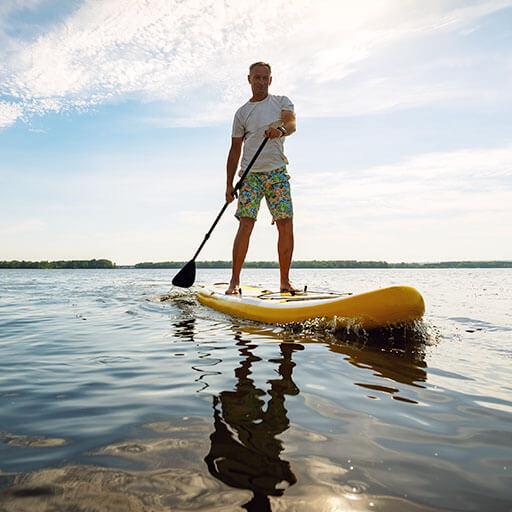 Schöne Aussicht und viel Spaß auf dem Paddleboard