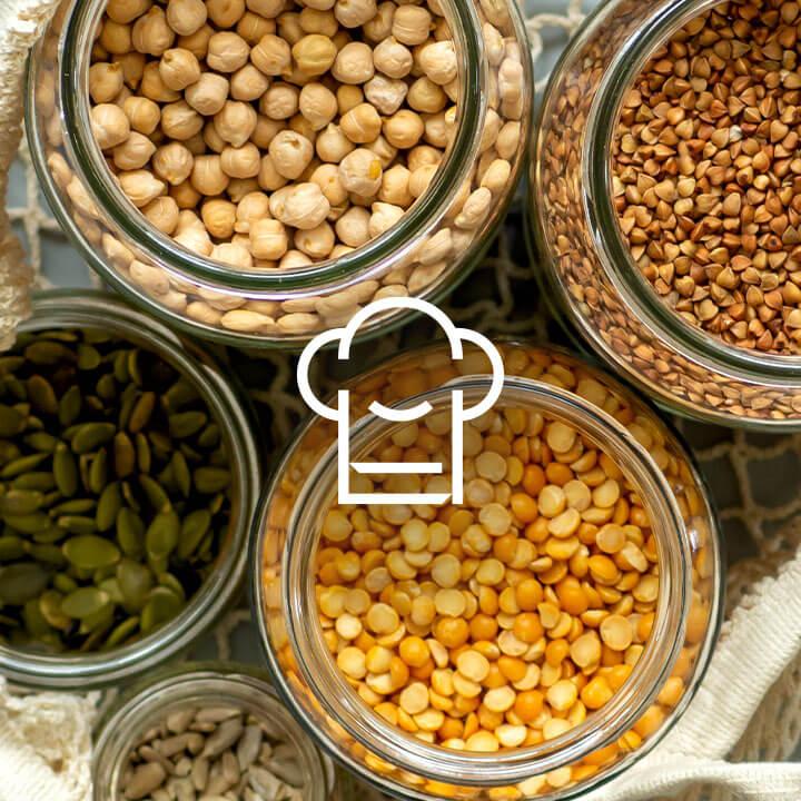 Nádoby plné jedla na kuchynskom stole na prípravu jedla